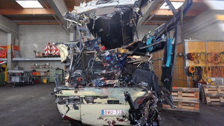 Le car accidenté est entreposé dans un garage de Sierre (Suisse), le 14 mars 2012. (SEBASTIEN FEVAL / AFP)