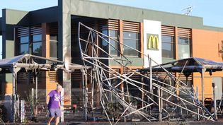 """Un restaurant McDonald's a été incendié dans la nuit du 20 novembre au 21 novembre 2018 en marge d'un mouvement de """"gilets jaunes"""",au Port (La Réunion). (RICHARD BOUHET / AFP)"""