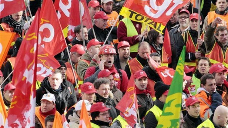 Entre 500 et 1.000 employés du groupe Total ont envahi la Tour de leur groupe à la Défense, le 1er février 2010 (AFP PHOTO/ Jacques DEMARTHON)