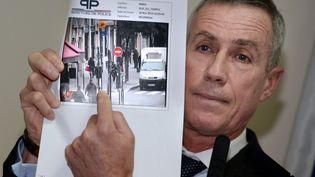 François Molins, le procureur de Paris, présentant à la presse une photographie du tireur présumé, le 18 novembre 2013. (PIERRE ANDRIEU / AFP)