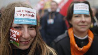"""Des stickers """"Loi El Khomri, vie pourrie"""" collés sur les visages de manifestantes, mercredi 9 mars 2016, à Paris. (? CHRISTIAN HARTMANN / REUTERS / X90079)"""