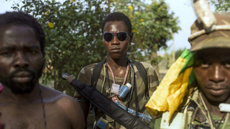 Membres des milices anti-balaka près de Bangui, la capitale de la Centrafrique, le 24 février 2014. (FRED DUFOUR / AFP)