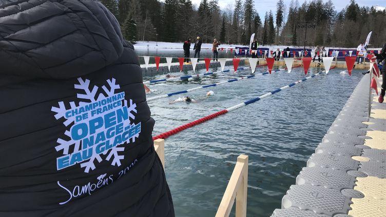 La station de Samoëns (Haute-Savoie) accueille les championnats de France en eau glacée, les premiers organisés dans un lac de montagne avec une eau qui ne dépasse pas les 5 degrés, le 28 février 2020. (JÉRÔME VAL / RADIO FRANCE)