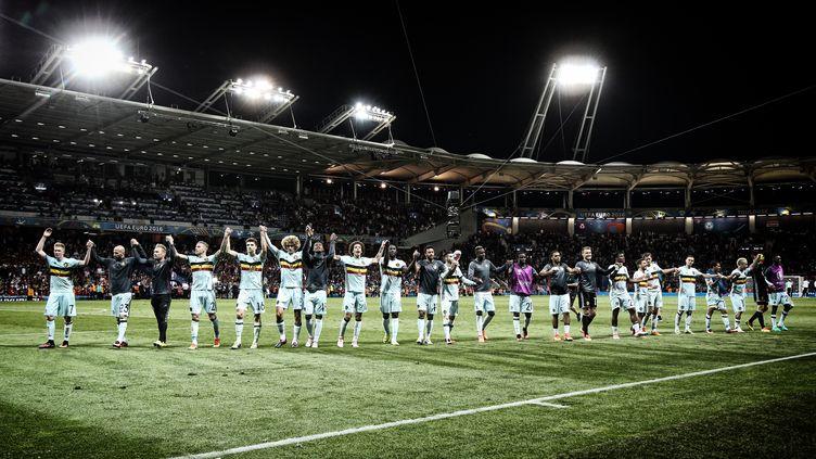 L'équipe belge salue ses supporters après la victoire en huitièmes de finale contre la Hongrie (4-0), le 26 juin 2016 à Toulouse (Haute-Garonne). (VIRGINIE LEFOUR / BELGA MAG / AFP)