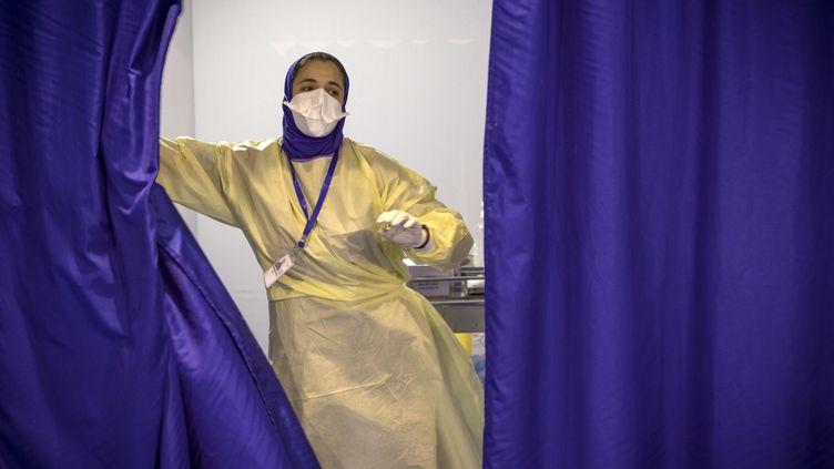 Une infirmière marocaine dans un centre de vaccination Covid-19 près de la ville de Casablanca, le 9 août 2021. (FADEL SENNA / AFP)