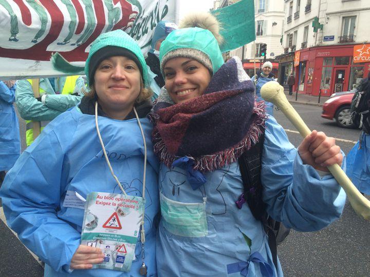 Simone, 35 ans, et Rachelle, 26 ans, deux infirmières strasbourgeoises, lors de la manifestation du 24 janvier 2017, à Paris. (CATHERINE FOURNIER / FRANCE INFO)