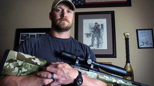 """L'ancien sniper américain Chris Kyle pose pour la sortie de son autobiographie """"American Sniper"""" à Midlothian (Texas), en avril 2012. (PAUL MOSELEY/AP/SIPA)"""