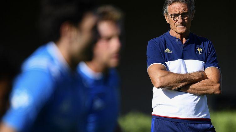 Guy Novès observe ses ouailles (FRANCK FIFE / AFP)