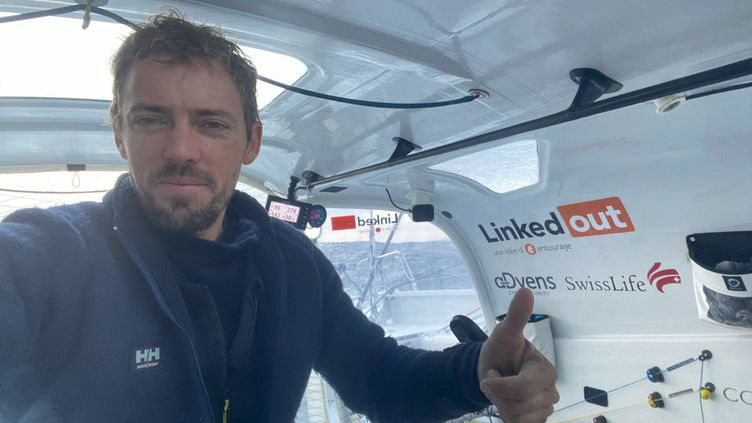 """Le skippeur français Thomas Ruyant, à bord de """"LinkedOut"""". (THOMAS RUYANT / LINKEDOUT)"""