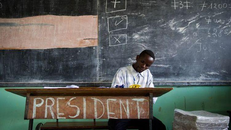 Un fonctionnaire dans un bureau de vote à Lubumbashi, en République démocratique du Congo (RDC), le 29 novembre 2011. La présidentielle de cette année-là a été entachée d'irrégularités et marquée par des violences meurtrières. (AFP PHOTO / PHIL MOORE)