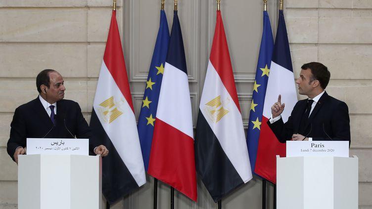 Emmanuel Macron et son homologue égyptien Abdel Fattah al-Sissi, le 7 décembre à Paris. (MICHEL EULER / AFP)