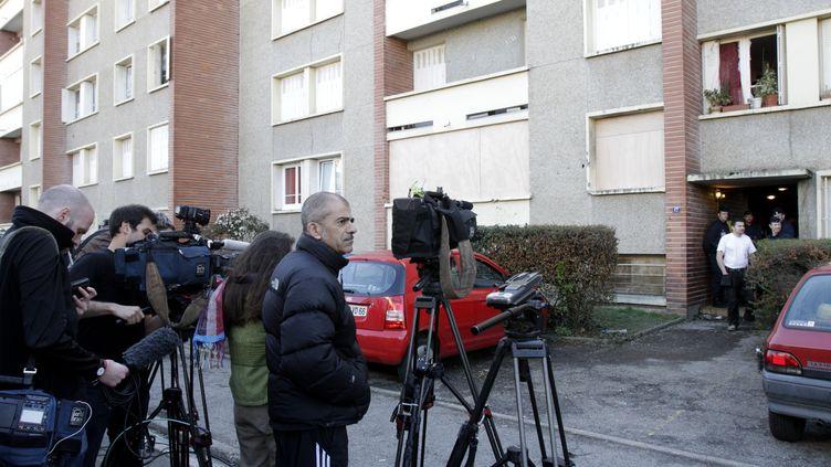 Des caméras de télévision devant l'appartement de Mohamed Merah, le 23 mars 2012 à Toulouse (Haute-Garonne). (JEAN-PHILIPPE ARLES / REUTERS)