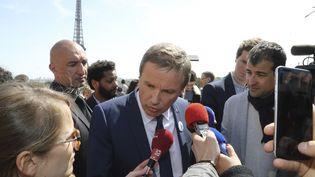 Nicolas Dupont-Aignan à la marche citoyenne des oubliés, organisée par l'Association des paralysés de France, à Paris, le 11 avril 2017. (JACQUES DEMARTHON / AFP)