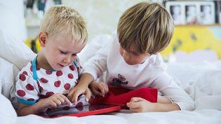 Les spécialistes recommandent de ne pas laisserles enfants de moins de 3 ans utiliser les tablettes.  (CAIAIMAGE/PAUL BRADBURY / RISER / GETTY IMAGES)