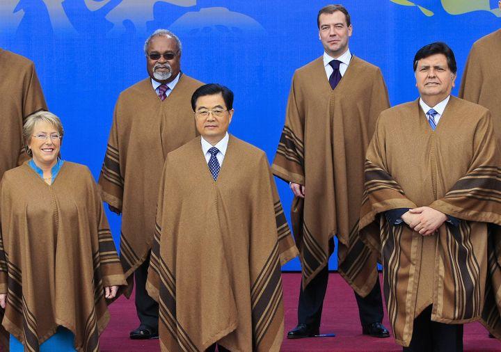 Le président russe Dmitri Medvedev, en haut à droite, entouré du président chinois Hu Jin Tao, ou encore de la présidente chilienne Michelle Bachelet, le 23 novembre 2008 à Lima au Pérou. (LUIS ACOSTA / AFP)