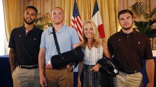 De gauche à droite, les trois AméricainsAnthony Sadler, Spencer Stone etAlek Skarlatos, accompagnés par l'ambassadrice américaine en FranceJane Hartley, à l'ambassade américaine à Paris le 23 août 2015. (THOMAS SAMSON / AFP)