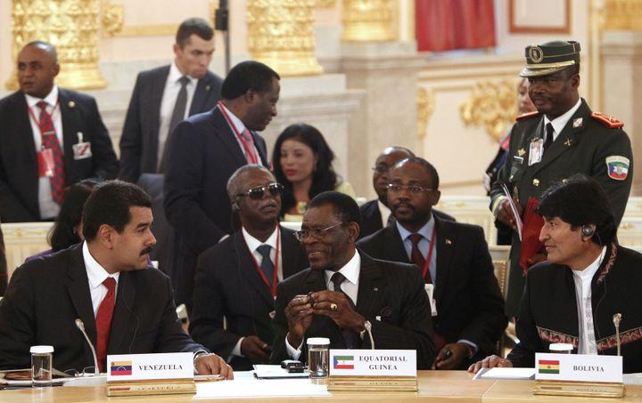 Rencontre entre le président de Guinée équatoriale,Teodoro Obiang Nguema, et ses homologues vénézuélien, Nicolas Maduro (à gauche), et bolivien, Evo Morales (à droite), le 1er juin 2013 à Moscou, dans le cadre du Forum des pays exportateurs de gaz. (MAXIM SHEMETOV / POOL)