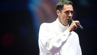 Le chanteur Grand Corps Malade sur la scène des Francofolies, à La Rochelle, le 10 juillet. (GAIZKA IROZ / AFP)