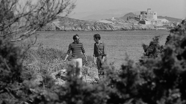 """Jean-Luc Godard et Jean-Paul Belmondo pendant le tournage de """"Pierrot le fou"""" sur l'île de Porquerolles. (Alain Noguès)"""