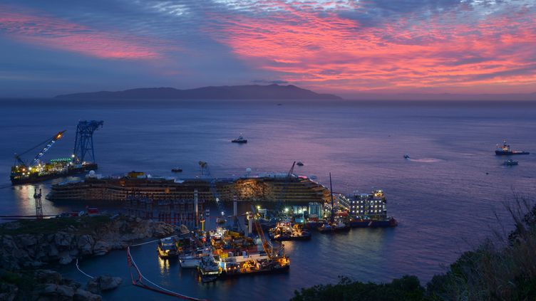 """Le """"Costa Concordia"""", le 17 septembre 2013 sur l'île du Giglio (Italie). (VINCENZO PINTO / AFP)"""