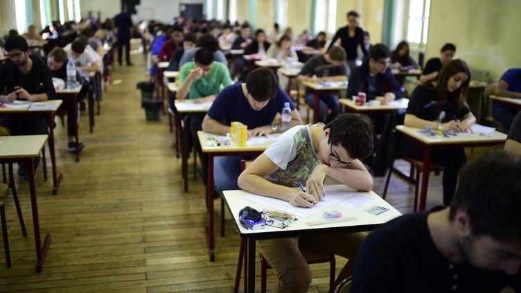 Des lycéens passent l'examen du baccalauréat, à Paris, le 17 juin 2015. (MARTIN BUREAU / AFP)