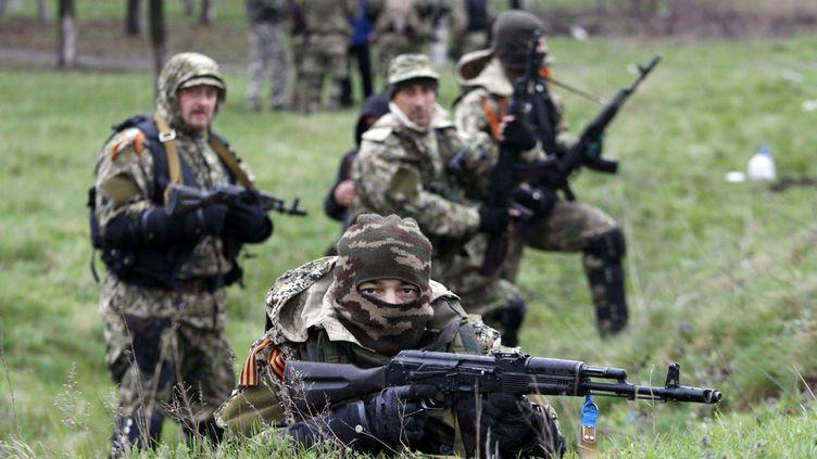 Des combattants pro-russes près de la ville de Slaviansk, dans l'Est de l'Ukraine, le 13 avril 2014. (ANATOLIY STEPANOV / AFP)