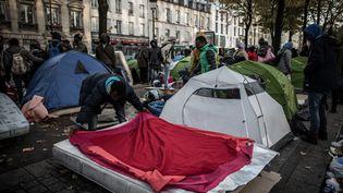 Des migrants soudanais installés avenue de Flandres, dans le 19e arrondissement de Paris, le 28 otcobre. (PHILIPPE LOPEZ / AFP)