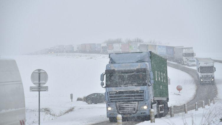 Des camions stockés aux alentours de Chartres sur la D105. (MAXPPP)