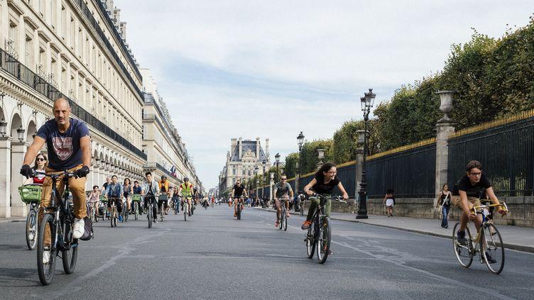 La rue de Rivolilaisse la place au vélo pour la Journée sans voiture; le 16 septembre 2018, à Paris. (DENIS MEYER / HANS LUCAS / AFP)