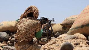 Un combattant des forces loyales tient une position contre les rebelles houthis dans la province de Marib, dans le nord-est du Yémen, le 6 avril 2021. (AFP)