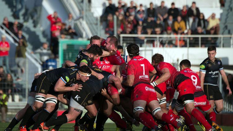Duel au sommet entre les joueurs de Toulon et de Bath (BERTRAND LANGLOIS / AFP)