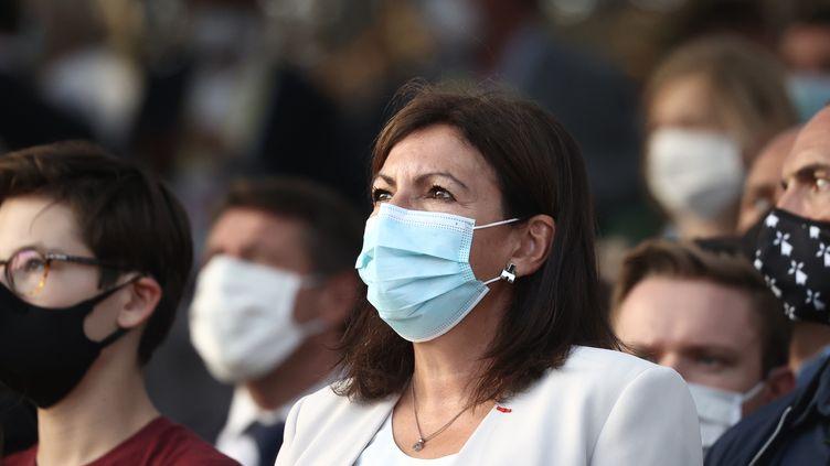 La maire de Paris Anne Hidalgo lors de la cérémonie du podium du Tour de France, à Paris, le 20 septembre 2020. (KENZO TRIBOUILLARD / AFP)