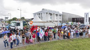 Plusieurs centaines de personnes, des enseignants en majorité, se sont rassemblées devant le rectorat de Cayenne le 27 mars 2017 (JODY AMIET / AFP)