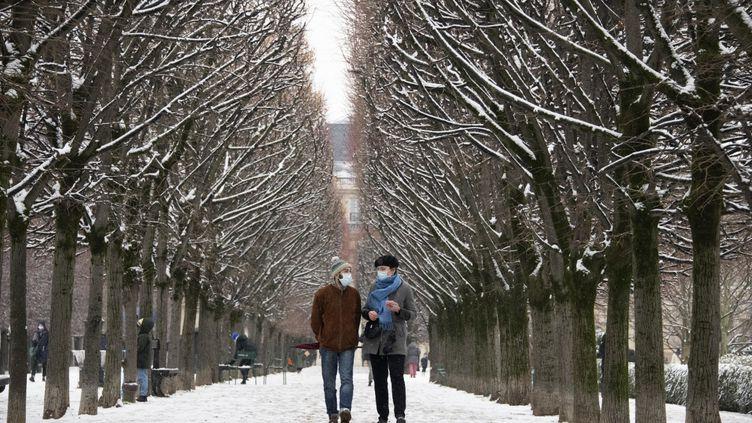 Les allées du Palais Royal enneigées à Paris, le 16 janvier 2021. (OLIVIER MORIN / AFP)