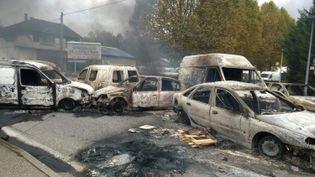 Voitures brûlées à Moirans, le 20 octobre 2015. (MAXPPP)