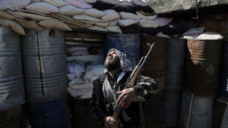 Un combattant de la milice syrienne Fallaq al-Rahman tient une position face aux troupes du régime dans la ville d'Arbin, le 26 février 2016. (Amer Almohibany/AFP)