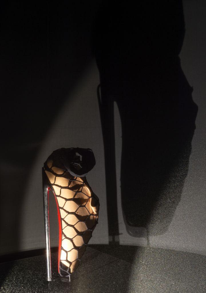 """Exposition """"Christian Louboutin. L'Exhibition[niste]"""" au Palais de la Porte Dorée : collection Fetish, 2007, collaboration entre Christian Louboutin et David Lynch (MARC DOMAGE)"""