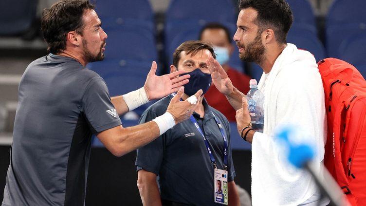 Fabio Fognini et Salvatore Caruso se disputent après la victoire de Fognini au 2e tour de l'Open d'Australie  (DAVID GRAY / AFP)