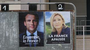 L'affiche pour le second tour de la présidentielle avec Emmanuel Macron et Marine Le Pen. (MAXPPP)
