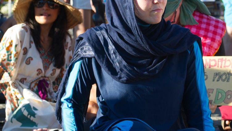 Une femme proteste contre l'interdiction du burkini en France, lors d'un rassemblement à Berlin, le 25 août 2016. (PAUL ZINKEN / DPA)