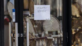 Une brasserie parisienne fermée le 15 mars 2020, au lendemain de l'annonce du gouvernement. (VINCENT ISORE / MAXPPP)