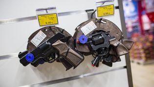 """Deux pistolets en rayon dans un magasin Toy""""R""""Us, le 5 décembre 2013. (MAXPPP)"""