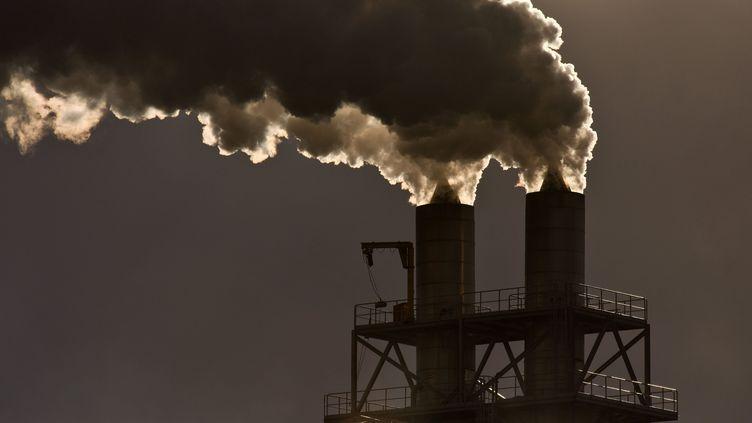 Des fumées polluantes s'échappent de cheminées d'une industrie.  (JEAN-LUC FL?MAL / MAXPPP)