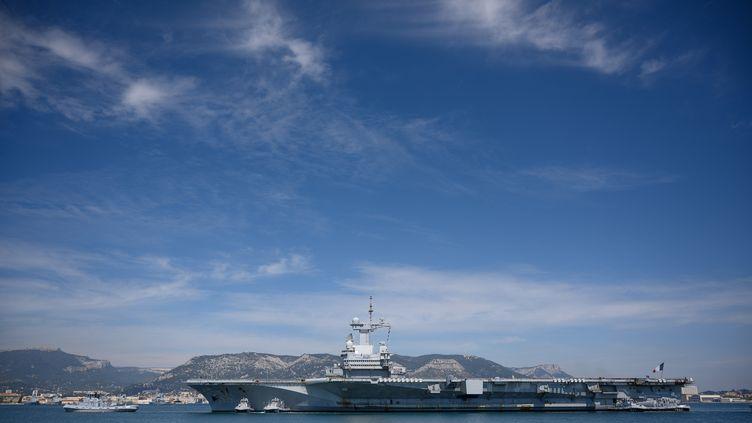 """Le porte-avions """"Charles-de-Gaulle"""" arrive au port de Toulon (Var), le 12 avril 2020. (CHRISTOPHE SIMON / AFP)"""