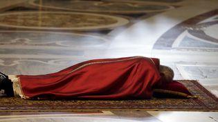 Le pape François, couché dans la basilique Saint-Pierre, au Vatican, le3 avril 2015, pour la prière de lacélébration de la Passion de Jésus. (MAX ROSSI / REUTERS )
