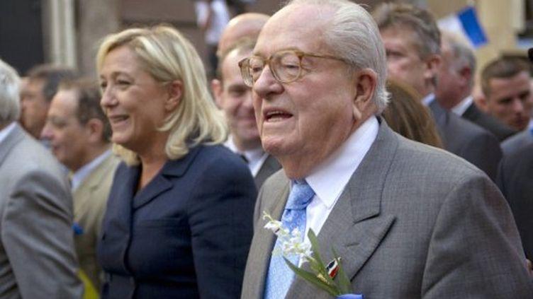 Marine Le Pen et son père lors du défilé en hommage à Jeanne d'Arc le 1er Mai 2011 (AFP PHOTO / BERTRAND LANGLOIS)