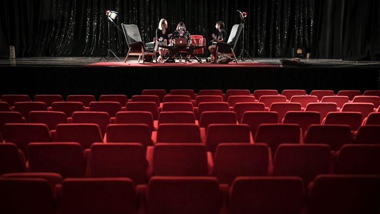 """La troupe des """"Coquettes"""" répètent au Bobino à Paris avant la réouverture des salles le 22 mai 2020. (STEPHANE DE SAKUTIN / AFP)"""