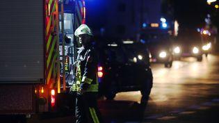 Un pompier à Wurtzbourg (Bavière, Allemagne), après une attaque à la hache dans un train lors de laquelle trois personnes ont été grièvement blessées, le 18 juillet 2016. (KARL-JOSEF HILDENBRAND / DPA / AFP)