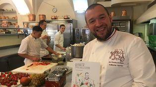 Laurent Gomez avec son équipe dans les cuisines de l'Élysée  (Laurent Mariotte / Radio France)