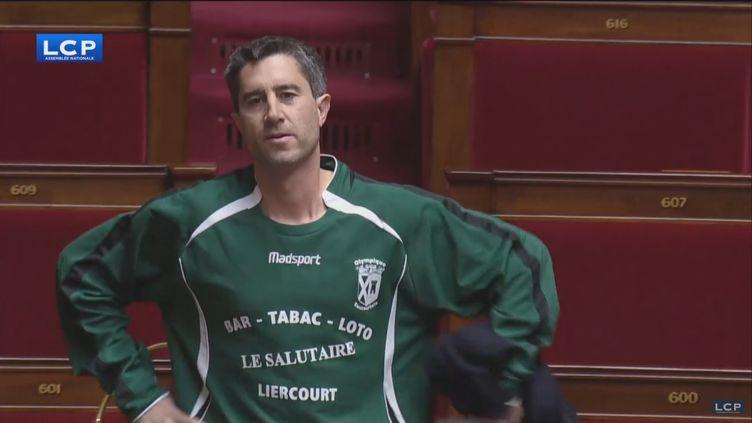 François Ruffin à l'Assemblée, le 7 décembre, avec un maillot du club de footballd'Eaucourt-sur-Somme. (CAPTURE D'ECRAN LCP)